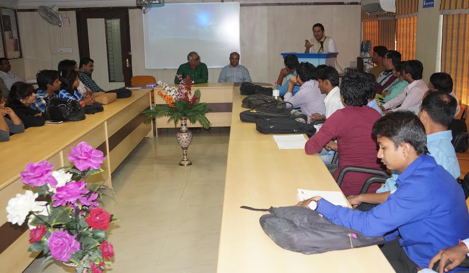 पत्रकारिता विश्वविद्यालय में व्याख्यान सुनते विद्यार्थी