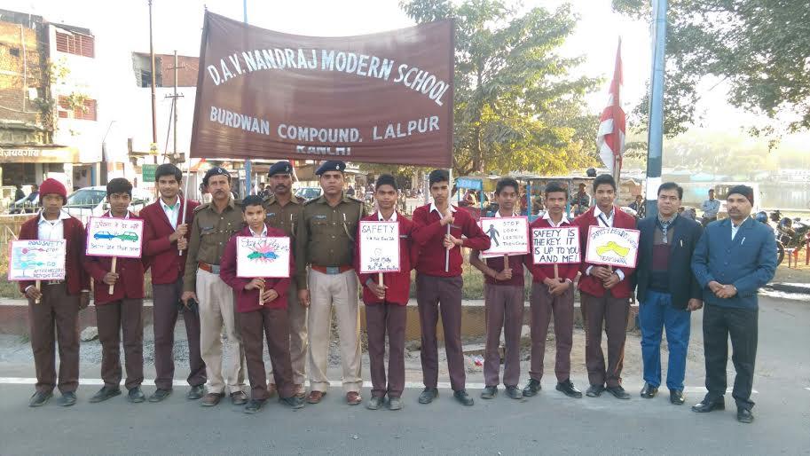 डीएवी नंदराज के बच्चो द्वारा सड़क सुरक्षा अभिया